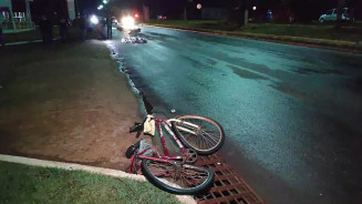 Corpo da vitima foi parar a metros da biclicleta que conduzia (Foto: Adilson Domingos)