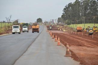 Obras de duplicação da MS-156, entre o Trevo do DOF e o Distrito Industrial de Dourados estão em ritmo acelerado e comprovam compromisso de Eduardo Riedel com Dourados. Imagem: (Divulgação)