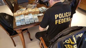 Agente da PF separa dinheiro apreendido em operação de hoje (Imagem: Divulgação)