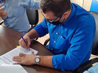 Alan Guedes assinando sanção do Projeto de Lei aprovado pela Câmara de Vereadores. Imagem: (Assecom)