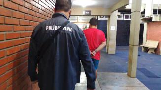 Estudante de odontologia preso em Dourados é conduzido por policial (Imagem: Adilson Domingos)
