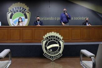 Representando os alunos, Marcela Andrade Morisco se emociona ao receber do secretário Eduardo Riedel a notícia de que serão nomeados já na próxima semana. Imagem: (Divulgação)