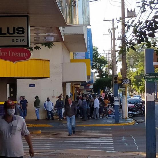 Aglomeração de pessoas hoje no centro de Dourados (Imagem: WhatsApp)