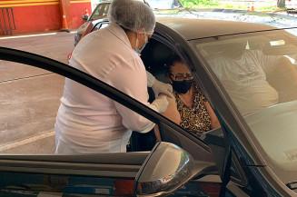 Idosa é vacinada contra a covid no drive thru do Corpo de Bombeiros (Divulgação)