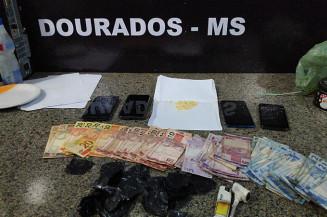Dinheiro, celulares e droga apreendido (Imagem: Adilson Domingos)
