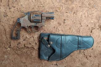 Arma encontrada na casa que estava sendo destruída (Imagem: Guarda Municipal)
