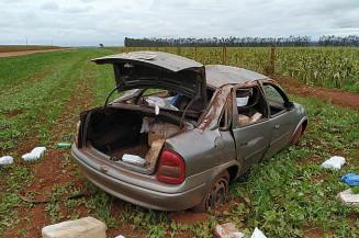 Veículo ficou destruído depois de capotamento (Imagem: Adilson Domingos)