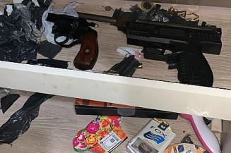 Armas, dinheiro e drogas apreendidos na operação em Maracaju (Imagem: Divulgação)