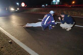 Com a queda homem foi arrastado por veículo que vinha logo atrás (Imagem: Adilson Domingos)