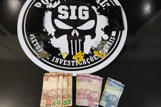 Drogas e dinheiro encontrados na residência (Imagem: Adilson Domingos)