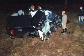 Acidente na BR-163 deixou caminhonete destruída e jovem morreu na hora (Imagem: Adilson Domingos)