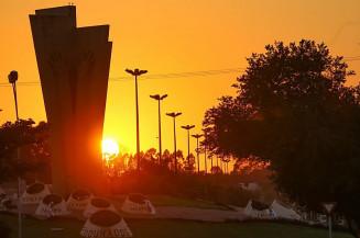 Por do sol visto pelo Monumento ao Colono (Franz Mendes)
