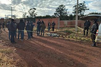 Policiais paraguaios no local onde corpo de adolescente foi encontrado (Imagem: Marciano Candia)