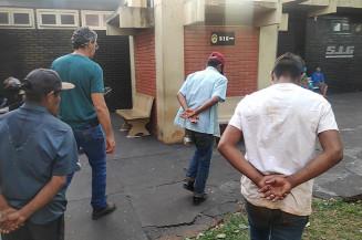 Suspeitos são levados para o SIG (Imagem: Adilson Lente)