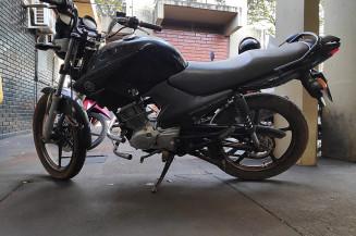Motocicleta abandonada carregada com maconha em Itahum (Imagem: Adilson Domingos)