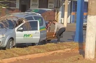 Caixão cai no meio de Avenida em Dourados (Imagem: Reprodução)