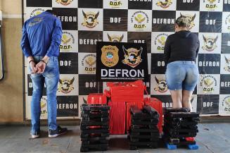 Mulher e comparsa presos pela Defron (Imagem: Adilson Domingos)