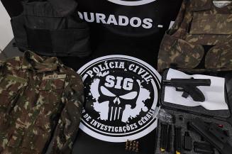 Roupas e arma usada no dia do crime (Imagem: Adilson Domingos)