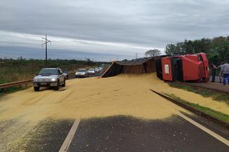 Caminhão tombado na BR-163 em Dourados (Imagem: Divulgação)