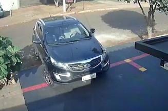Momento em que carro é levado por bandidos (Imagem: Reprodução)