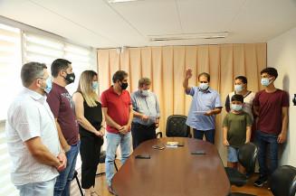 Ao lado de vereadores e da sua família, Edson de Souza é cumprimentado pelo presidente Laudir Munaretto (Imagem: Valdenir Rodrigues/CMD)