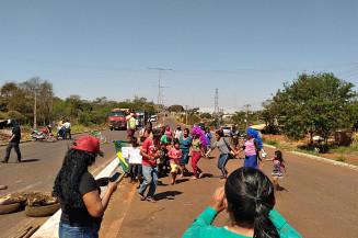 Indígenas na MS-156 entre Dourados e Itaporã (Imagem: Dourados Informa)