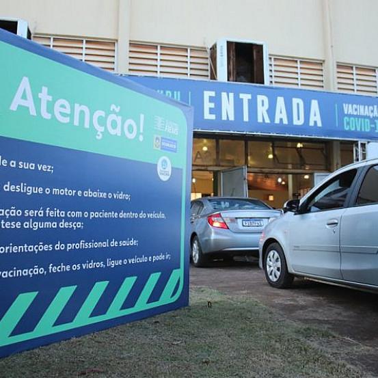 Serão 24 horas de vacinação contra a Covid-19 no drive-thru do pavilhão Dom Teodardo Leitz (Imagem: Assecom)