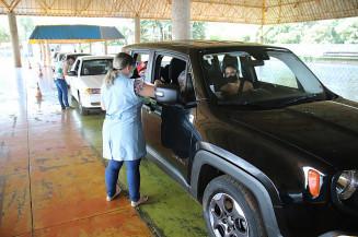 Idosa é vacinada no drive-thru do Complexo Jorjão (Leandro Silva)