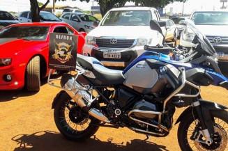 Moto BMW, Camaro vermelho e as duas Hilux apreendidas pela Defron (Divulgação)