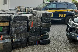 A carreta e a droga foram encaminhados para a Polícia Civil em Bataguassu (Imagem: PRF)