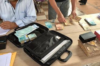 Policiais recolhem documentos apreendidos durante Operação Dark Money (Imagem: Divulgação)