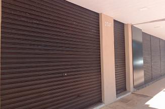 Loja com portas fechadas nesta sexta-feira em Dourados (Clezer Gomes)