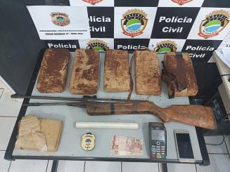 Drogas e armas encontradas em residência no Jardim Guaicurus (Imagem: Adilson Domingos)