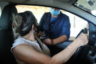 Douradense é vacinada contra a covid-19 no Jorjão (Divulgação)