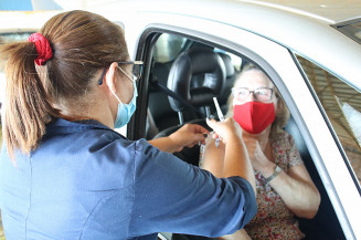 Idosa é vacina em drive-thru do Complexo Jorjão (Divulgação)