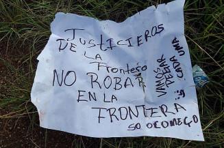 Cartaz deixado ao lado de corpo encontrado na fronteira (Foto: Rádio Oásis)