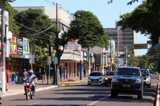 Movimento de carros no centro de Dourados; comércio volta a funcionar dia 5 (Divulgação)