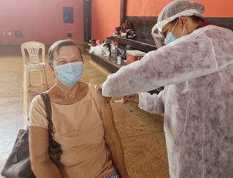 Marlene, de 74 anos, recebe vacina em posto do Izidro Pedroso (Divulgação)