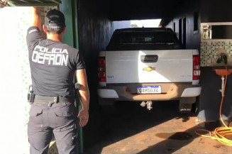 Policial na casa onde a S10 foi apreendida (Divulgação)