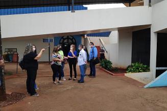 Prefeito e servidores esperando perícia em bloco arrombado (Adilson Domingos/Campo Grande News)
