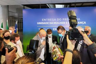 Ministro Milton Ribeiro recebe presente do prefeito Alan Guedes (Foto: Dourados Informa)