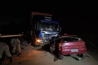 Veículos ficaram com a frente destruída (Foto: Jornal da Nova)