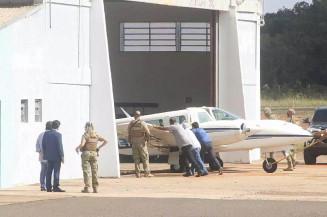 Avião de Fadh Jamil é empurrado em hangar na capital (Henrique Kawaminami/Campo Grande News)