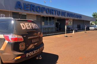 Viatura da Defron no aeroporto de Dourados, onde mulher foi presa (Divulgação)