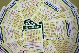 BRASIL Mega-Sena acumula e prêmio vai a R$ 28 milhões; quina tem 40 apostas premiadas 25 abril 2021 - 07h30Por Agência Brasil  O próximo concurso, de número 2.366, será realizado na próxima quarta-feira (28) - Crédito: Divulgação/Agência Brasil