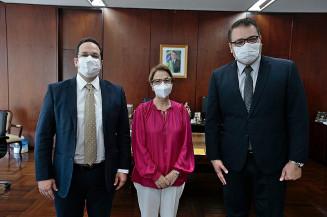 Na ordem, o secretário de Governo, Henrique Sartori, a ministra Tereza Cristina e o prefeito Alan Guedes. Foto: Assecom