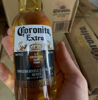 Lotes de cerveja Corona foram apreendidos durante as buscas de hoje (Divulgação)