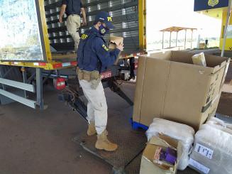 Policiais descarregam contrabando de caminhão dos Correios (Divulgação)