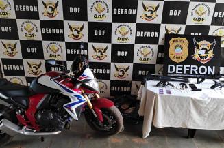 Armas e moto esportiva apreendidas em casa no Jóquei Clube (Imagem: Adilson Domingos)