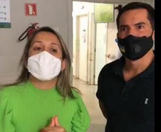 Lia Nogueira e Diogo Castilho em live para criticar saúde pública; ontem eles furaram a fila para beneficiar assessora (Reprodução)